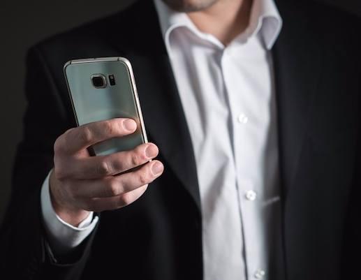 Mann mit Telefon beim Kundenanruf