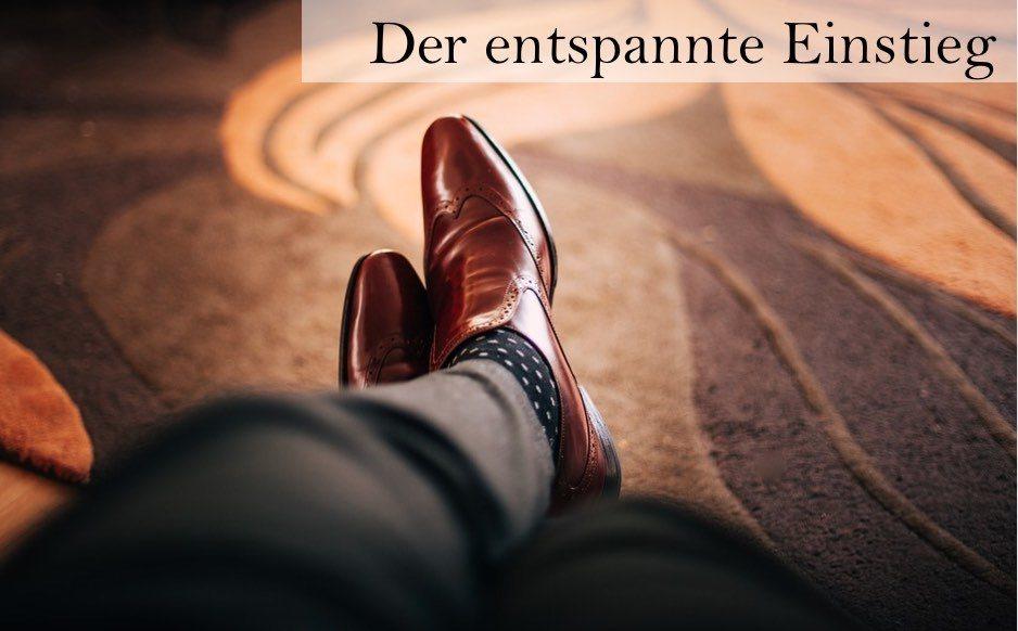 Entspannter Einstieg in die Telefonakquise Mann mit überkreuzten Beinen und braunen Businessschuhen