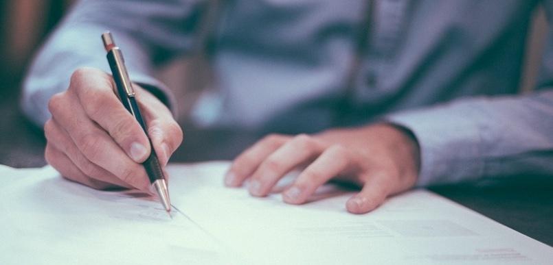 Mann bei der schriftlichen Vorbereitung der Telefonakquise B2B