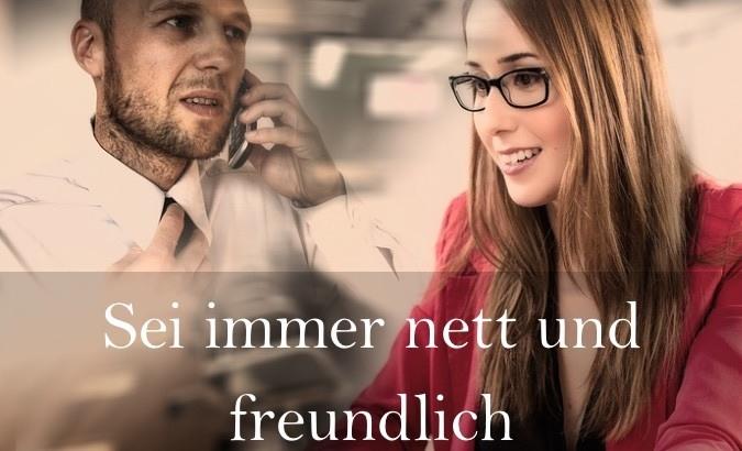 Mann und Frau sind freundlich beim Telefonakquise Leitfaden