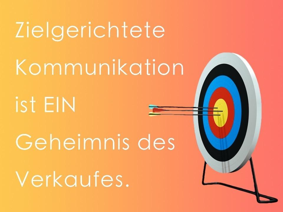 Verkaufstraining mit zielgerichteter Kommunikation. Ein Geheimnis des Verkaufes. Zielscheibe. Radiant Orange, Rot.