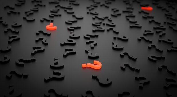 mehrere Fragezeichen, einige treten auf durch leuchten. symbolisieren die Frage nach der Persönlichkeit