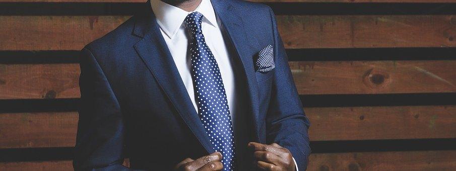 Männer Torso im Dunkelblauen Anzug, vermittelt souveränes Auftreten im Business