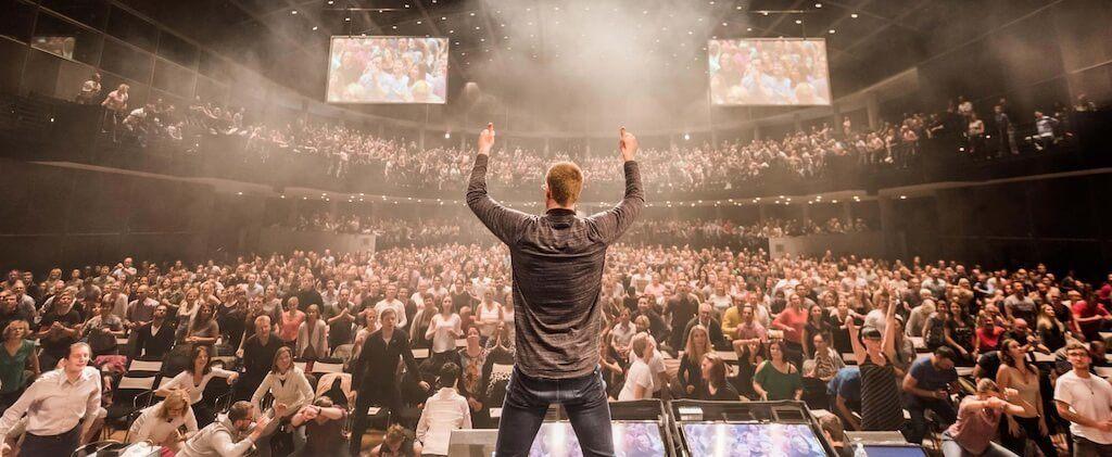 Die Kunst dein Ding zu machen Seminar mit Christian Bischoff in einer Halle und vielen Teilnehmern für mehr Motivationsfähigkeit im Verkauf