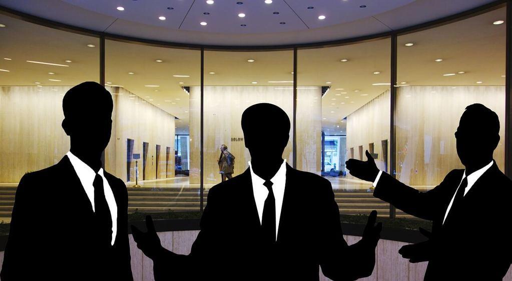 Kundenorientiertes Handeln in Aktion. Drei Männersilhouetten vor einem Geschäftsgebäude, einladende Geste