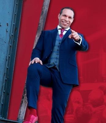 Marc Galal - roter Hintergrund, Pose für grenzenlose Verkaufspower, besseres Verkaufsgespräch führen