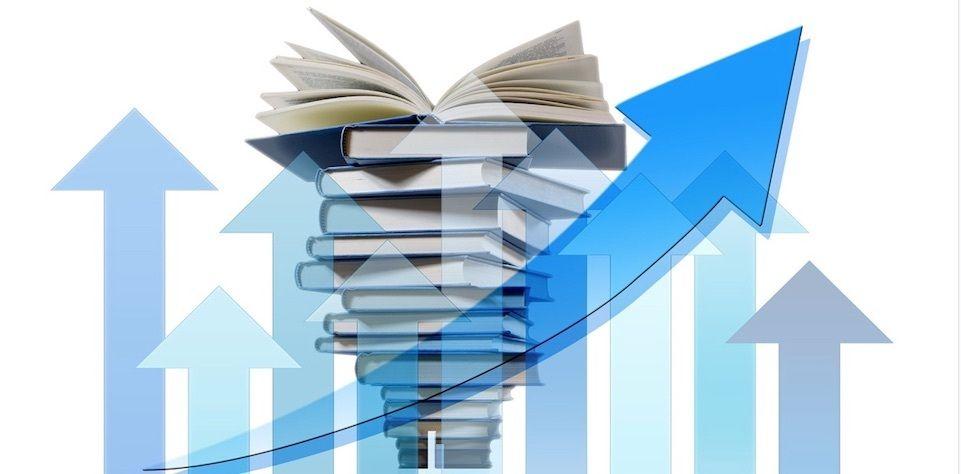 Persönlichkeitsentwicklung Bücher Titel, Wachstum, blaue Pfeile, Bücherstapel