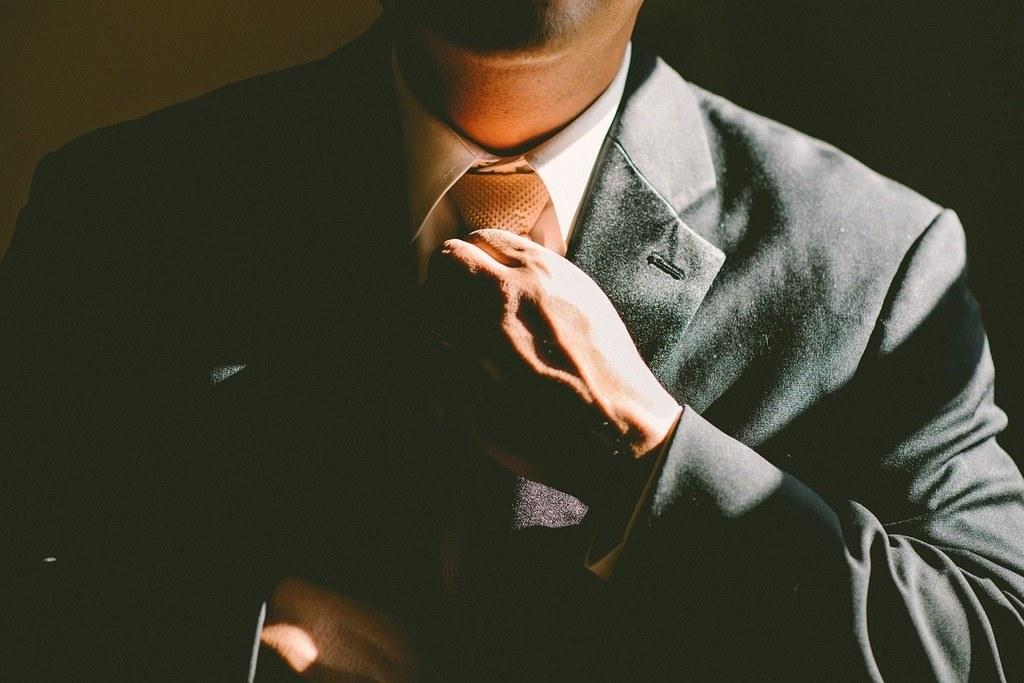 Mann im Anzug hat mit seiner Kleidung ein gutes persönliches Erscheinungsbild
