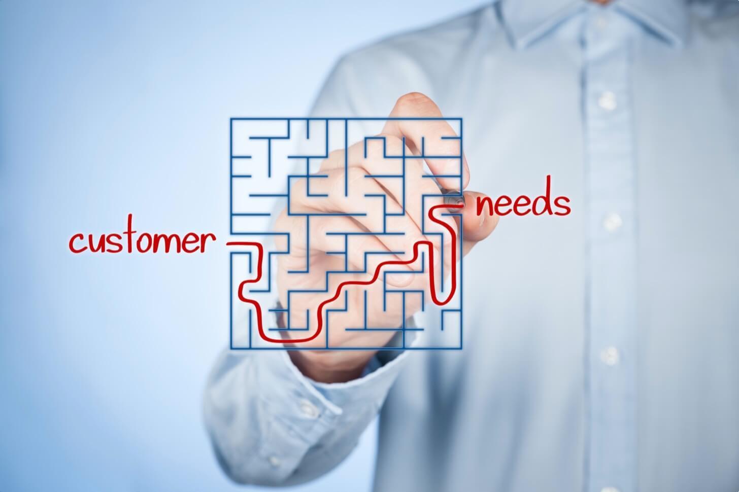 Customer Needs, Mann betreibt Bedarfsermittlung mit Stift und blauem Hemd